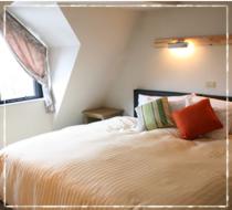 キングサイズベッドのスイートルームの写真